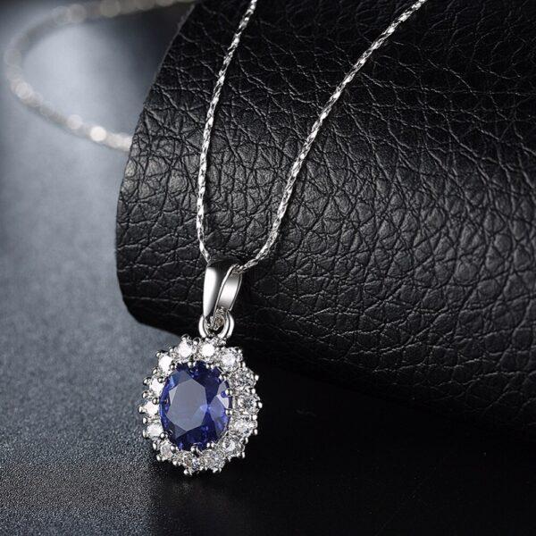 collier pierre bleue et cristaux blancs élégant