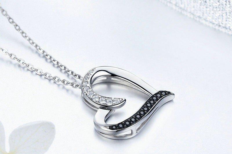 Collier avec pendentif coeur original cristaux blancs et noirs
