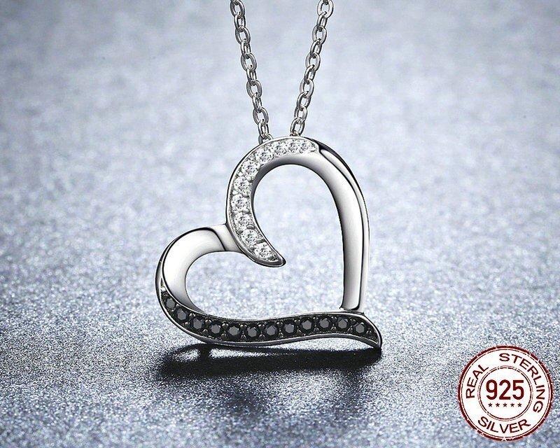 Collier avec pendentif coeur yin & yang cristaux blancs et noirs