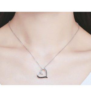 Collier avec pendentif pas cher coeur cristaux blancs et noirs